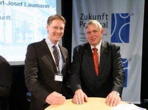 Geschäftsführer Thomas Marbach im Gespräch mit Karl-Josef Laumann, NRW-Minister für Arbeit, Gesundheit und Soziales